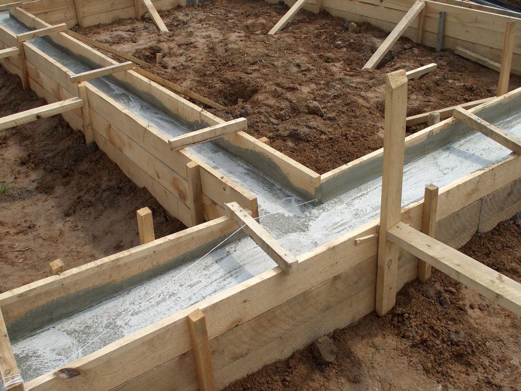 Ленточный фундамент залитый цементным раствором