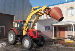 Навесной бетоносмеситель БЛ 260 подсоединен к трактору