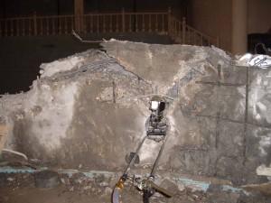 Разлома бетона цементный раствор пропускает воду